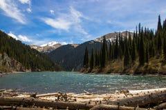 Lac de montagne de Kolsay dans Kazakhstan image libre de droits
