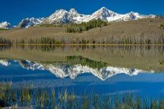 Lac de montagne de l'Idaho avec des réflexions image stock
