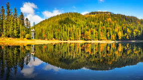 Lac de montagne de panorama Image stock