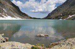 Lac de montagne de Kuiguk, République d'Altai Images stock