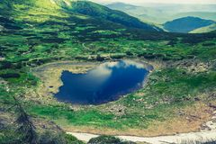 Lac de montagne de Nesamovyte en Ukraine images libres de droits