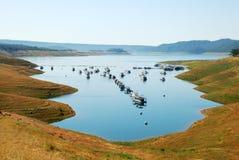 lac de péniches aménagées en habitation Photo stock