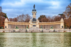 Lac de parc de Retiro à Madrid à l'hiver Image stock