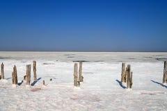 Lac de sel rose qui a extrait le sel de mer Jour chaud ensoleill? photos libres de droits