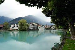 Lac de vert bleu dans les montagnes, Suisse Photographie stock libre de droits