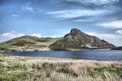 Lac devant une gamme de montagne Images libres de droits