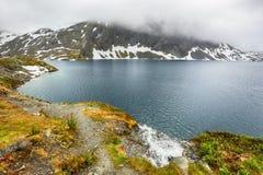 Lac Djupvatnet dans le brouillard, Norvège Photographie stock