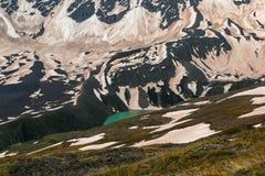 Lac Donguz-Orun Kel r?gion su de montagne de lac de gorge d'elbrus de Caucase d'adyr Lac turquoise en montagnes neigeuses images stock