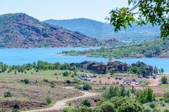Lac du Salagou und das Dorf Celles, Herault, Languedoc-Roussillon, Frankreich Lizenzfreies Stockbild
