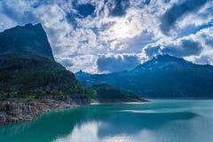 Lac Emosson et crête de montagne grande de Perron vue près de Finhaut au Valais, Suisse Photo stock
