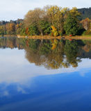 Lac en automne Photo stock