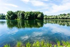 Lac en beau parc dans Izmailovo à Moscou, paysage coloré de nature dans la ville images libres de droits