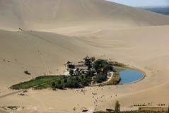 Lac en croissant de lune dans le désert   Photos libres de droits