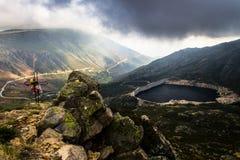 Lac en forme de coeur dans les montagnes image stock