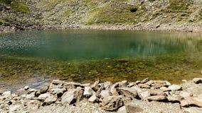 Lac en gros plan et pierre Image libre de droits