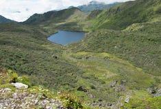 Lac en Himalaya au-dessus de la ligne d'arbre Photos stock