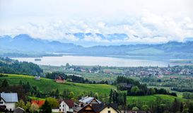 Lac en montagnes avec des nuages Image libre de droits