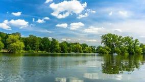 Lac en parc de ville banque de vidéos