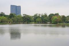 Lac en parc public urbain avec naturel vert et bâtiment à l'arrière-plan Images stock