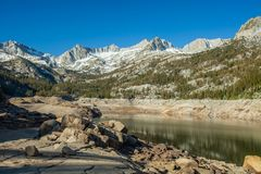 Lac en sierra Nevada Mountains Photos stock