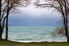 Lac encadré par des arbres photo libre de droits