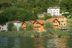 LAC ENDINE, LOMBARDIE ITALIE - 19 SEPTEMBRE : Pêche de garçon sur le lac Images stock