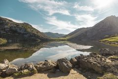Lac Enol en montagne de Covadonga, parc national de Picos de Europa, Photos stock