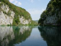 Lac entre la forêt profonde Image stock
