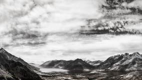 Lac environnant spectaculaire Wakatipu de gamme de montagne dans le noir image stock