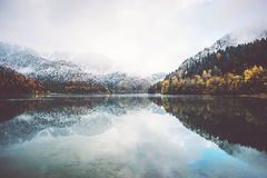 Lac et automne Forest Landscape Image stock