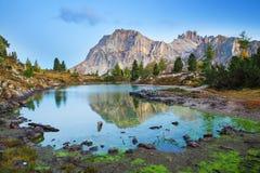 Lac et bâti Lagazuoi, dolomites Limides Photo libre de droits