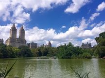 Lac et bâtiments au Central Park, Manhattan, New York Photos stock
