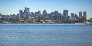 Lac et bâtiments union contre le ciel à Seattle photographie stock libre de droits