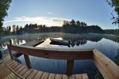 Lac et bateau de maison d'été de la Finlande Image libre de droits