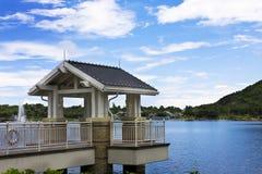 Lac et belvédère en stationnement. photographie stock