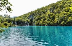 Lac et cascade à écriture ligne par ligne forest Image libre de droits
