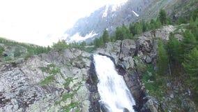 Lac et cascade Kuyguk en montagnes d'Altai Vue a?rienne de paysage russe banque de vidéos