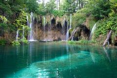 Lac et cascades à écriture ligne par ligne Photographie stock
