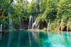 Lac et cascades à écriture ligne par ligne en Croatie Photographie stock libre de droits