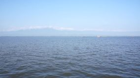 Lac et ciel bleu banque de vidéos