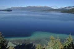 Lac et ciel bleus clairs de montagne Photographie stock