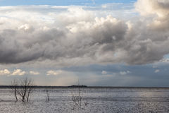 Lac et ciel déprimé Images stock