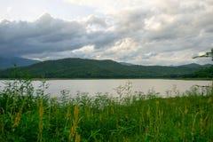 Lac et ciel de soirée Photo stock