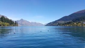 Lac et ciel paisibles à Queenstown, Nouvelle-Zélande photos stock