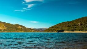 Lac et collines gentils de couleurs photos libres de droits