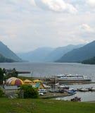 Lac et dock Teletskoye. Les montagnes d'Altai Image stock