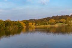 Lac et forêt dans le printemps Photographie stock libre de droits