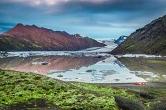Lac et glacier froids dans les montagnes, Islande Images stock