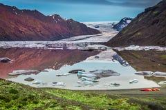 Lac et glacier froids dans les montagnes, Islande Photo stock
