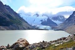 Lac et le glacier de Piedras Blancas, en parc national de visibilité directe Glaciares, EL Chaltén, Argentine Photos stock